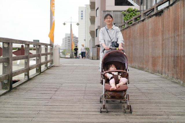爸媽大概都有這種經驗,帶著小小孩走在路上時,發現陌生人跟小孩子的互動,令人很不舒服。