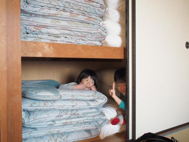 孩子玩躲貓貓喜歡躲在矮櫃或衣櫥裡,悶住時間過長也很容易缺氧。