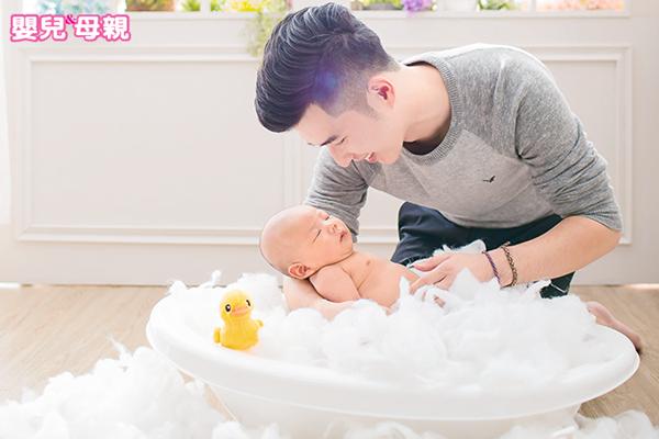 幫新生兒洗澡,家長必注意這6件事
