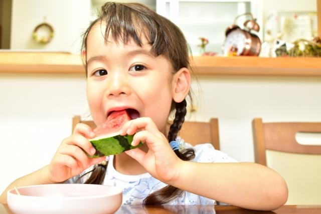 小暑飲食可以增加攝取能解熱消暑的食物,如:綠豆、冬瓜、黃瓜、絲瓜、扁豆、西瓜翠衣(西瓜外皮內側白色肉質處)。夏季容易耗傷水分津液,宜養陰,可多攝取如蓮子、黑豆、蓮藕、山藥、白木耳等食物。