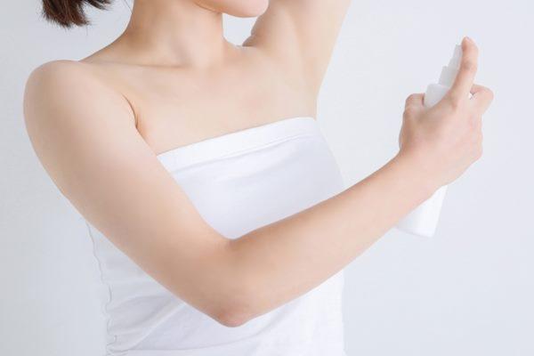 如果多汗的狀況較輕微,除了經常更換衣物之外,也可以使用止汗劑或除臭劑。