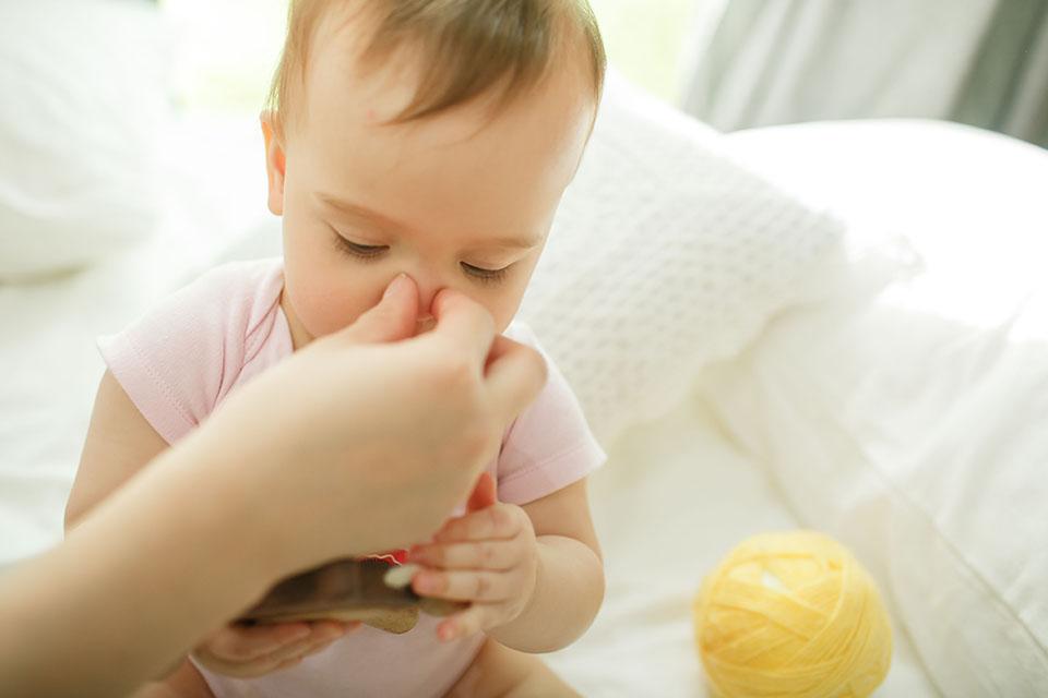 呼吸道因發炎引發的痰也會很多,這些痰很容易卡在寶寶極細的細支氣管中,造成寶寶呼吸時有喘鳴聲以及嚴重的咳嗽