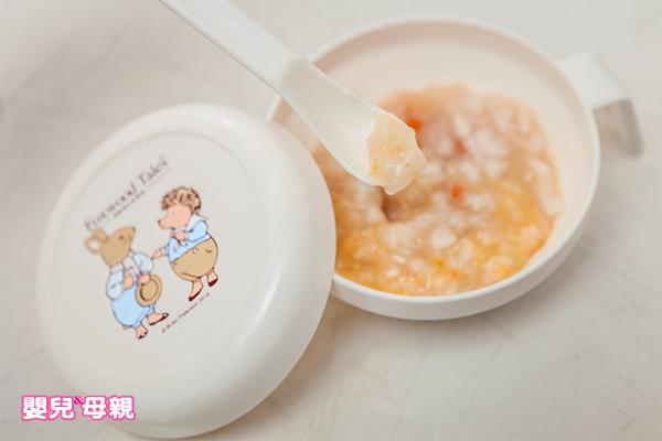 想給孩子吃魚粥,最好能用紗布過濾,並且一湯匙一湯匙的餵