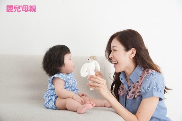 1~1.5歲寶寶的詞彙大量發展,爸媽可以多利用繪本、布書、故事書、水果玩具、玩偶等讓寶寶認識不同事物的名稱,可以加入一些形容詞或正在進行的動作,例如:「你看小鳥會飛飛」、「我們一起拿蘋果給大象吃喔!」、「現在要穿鞋子了」。