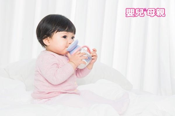 寶寶嘔吐:應補充水分,白開水或電解質液皆可。