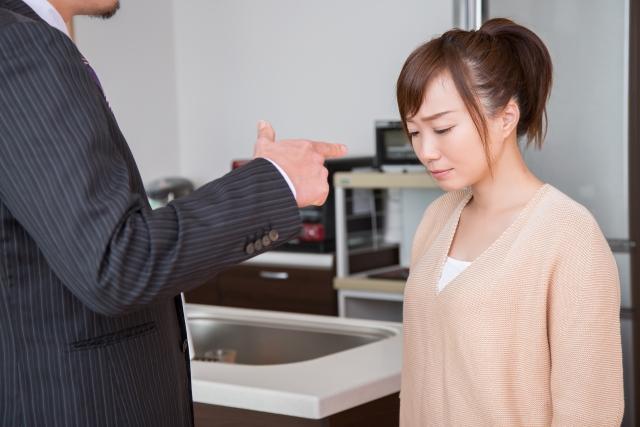 夫妻間的財務分配一直是無解的問題,日前接連有兩位人夫在Dcard抱怨妻子賺太少、不上進,甚至奉勸男性要結婚應該挑月薪5萬以上的女性。