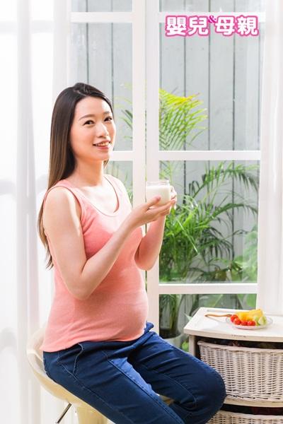 生產時好生、順產的訣竅!孕婦應均衡六大類飲食(全榖雜糧類、蔬菜類、豆魚蛋肉類、乳品類、水果類、油脂及堅果種子類),營養均衡,少吃空有熱量的加工食物與甜食。