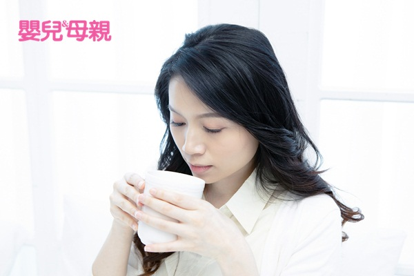 懷孕流鼻血:如果鼻塞不舒服,可用馬克杯裝熱開水,讓鼻子吸蒸氣。