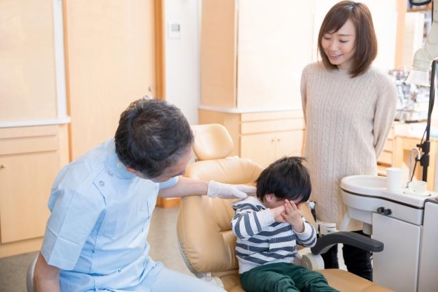 一般來說,乳牙鬆動或是新的恆牙從內側冒出頭,都不需要拔牙。