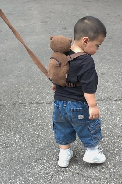 市面上有各式各樣的防走失繩,有手腕牽繩、背包牽繩、胸腹牽繩等款式,目的都是為了讓兒童在限制的範圍內活動