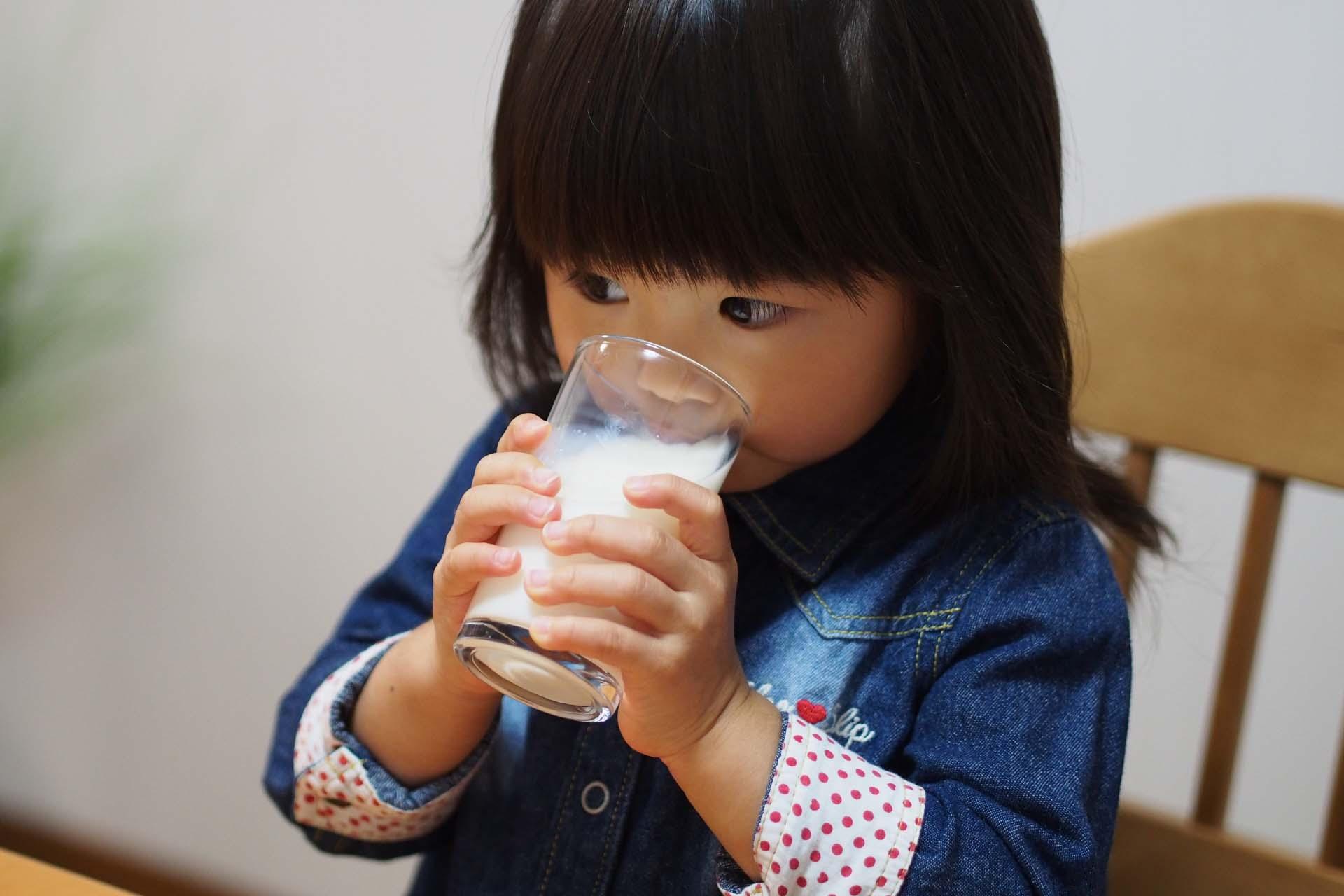在泡麵容器、鋁箔包、紙杯、罐頭食品的包裝中,也容易吃下雙酚A等環境荷爾蒙,建議少讓孩子使用這些餐具,以不銹鋼、玻璃和陶瓷為主