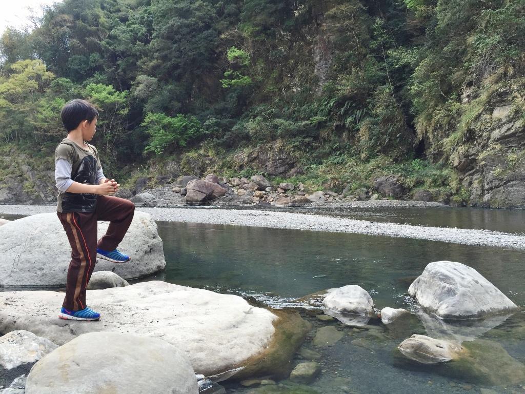 10大親子露營遊戲:打水漂