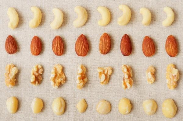 高血脂患者的因為血液當中的膽固醇量已經很高了,因此在堅果選擇上建議挑飽和脂肪較低的種類,如杏仁、開心果、胡桃。