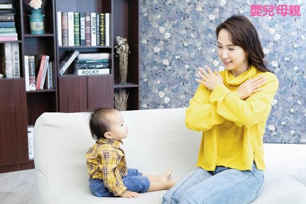 嬰兒手語:寶寶要學多久才會看得懂手語和會比手語?一般來說,寶寶大約8~10個月手勢會較成熟,可以打得出來。