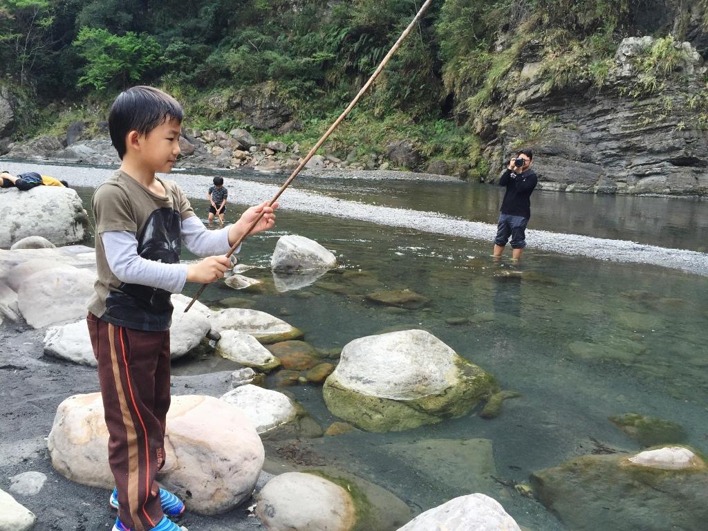 10大親子露營遊戲:釣魚
