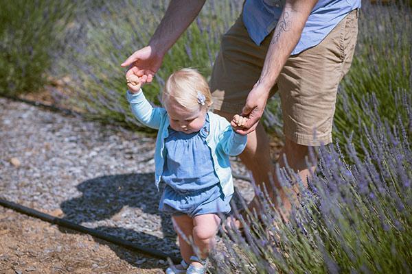 通常約1歲的孩子即可在旁人攙扶下練習走路