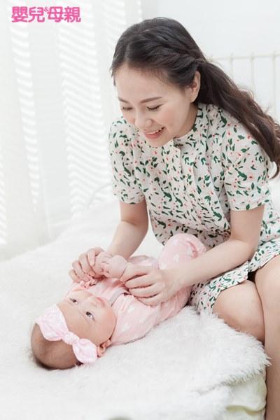 0~6個月的寶寶,爸媽可以用簡單的辭彙、誇張的語氣與音調來吸引寶寶注意,並盡量與他面對面,讓他可以觀察大人的臉部表情,進而模仿大人說話。