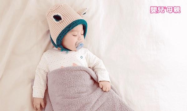 除了趴睡容易導致窒息,寶寶蓋被子也要注意