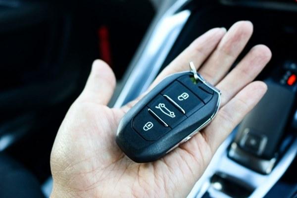 新聞這兩起孩子遭反鎖車內的意外,都是大人把「車鑰匙放車內」就下車並關門,有些車子會有2次上鎖的防盜安全措施,提醒家長載孩子外出時,下車前一定要先熄火,並把鑰匙帶在身邊,平時養成這種習慣,就不容易發生反鎖意外。