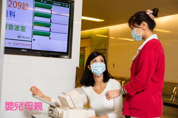 預定剖腹產的產婦接到醫院通知可入院時,要到住院登記處跑流程,也要抽血、量血壓、量身高與體重,再去病房。