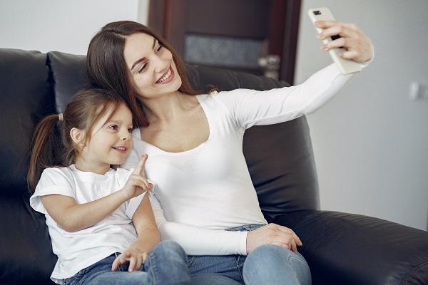 父母應該先徵求孩子的同意再發布他的相關照片及影片