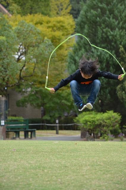 孩子從事跳躍類型的運動都能有效的刺激生長與伸展下肢的肌肉,如果孩子還小,可以在原地做些跳躍動作即可