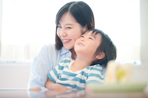 如果真的忍不住對孩子發脾氣,不管有沒有實際的處罰,結束後也要擁抱孩子,讓孩子知道爸爸媽媽還是愛他的。