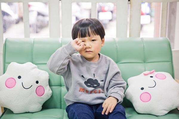 由於現在孩子近視的年齡層也越來越小,有些家長會趕快幫孩子補充葉黃素,但是葉黃素並不能預防近視。