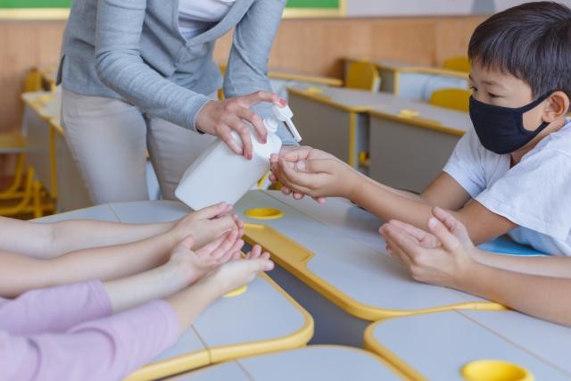 美國的案例可以成為我們的借鏡,距離開學剩不到一個月,既然以台灣的現況,18歲以下的兒童及青少年還接種不到疫苗,顯示落實防疫工作仍是相當重要。
