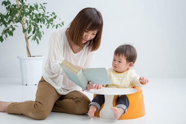 年齡較小的寶寶雖然集中注意力的時間短,但聽覺卻特別靈敏,此時說故事的重點不在於故事本身的內容,而是讓寶寶透過爸媽說故事的聲音及語調,感受關懷並能穩定情緒。