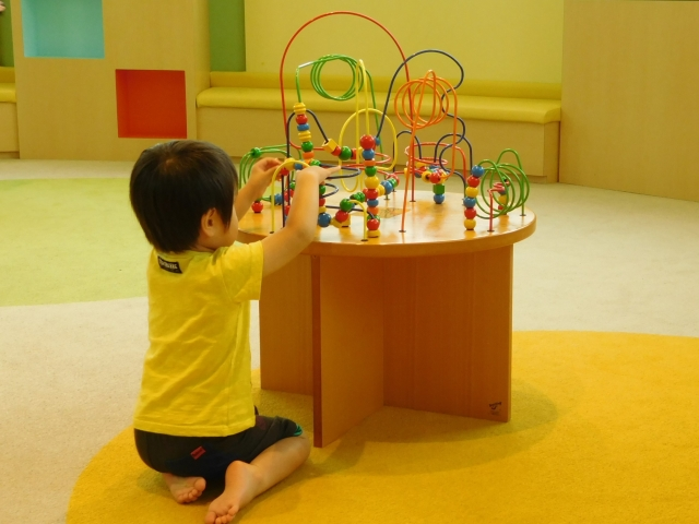 在父母看得到的地方,讓小孩獨處可激發出孩子的獨立性與想像力。