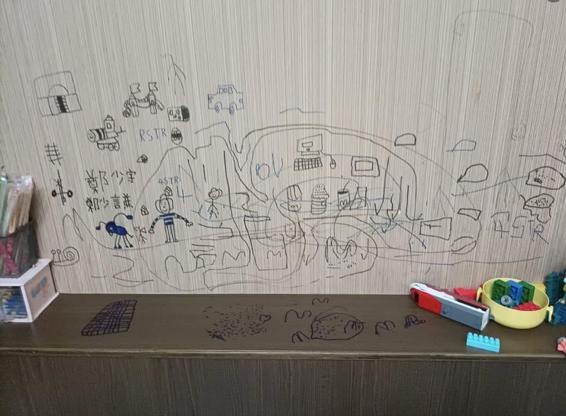 牆壁被孩子當作畫版