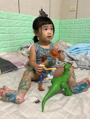 孩子把身上當作畫板在作畫。