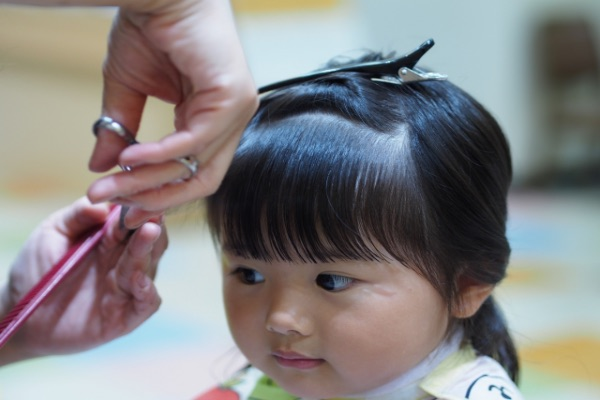 幫嬰幼兒剪髮時可以請爸爸或小孩信任的人抱著,給他看一下電視或手機轉移注意力。