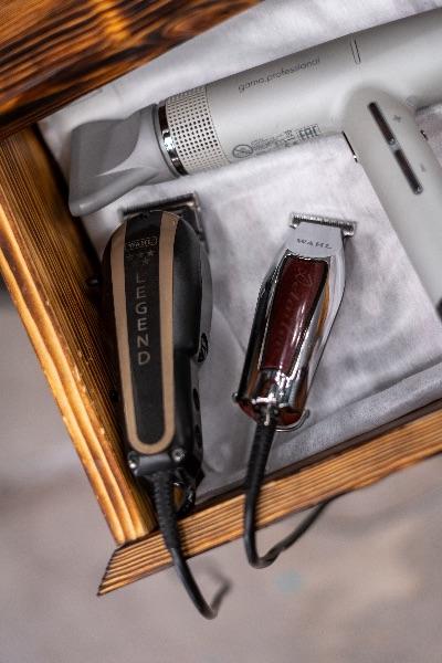最基本的剪髮道具就是剪刀、大雹刀、電推、4種長度的推剪公分套。