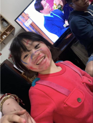 孩子畫畫在臉上。