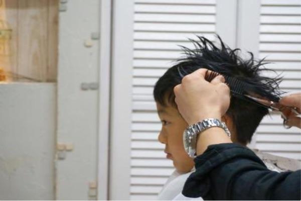 幫男生理髮記得要垂直往上推,不要順著頭皮。