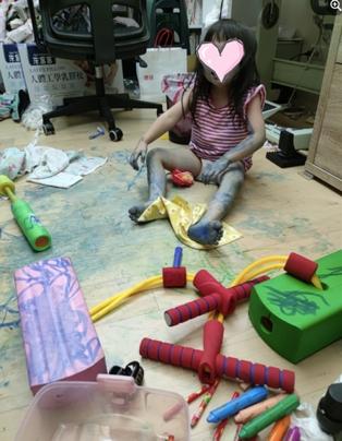 孩子畫得全身都是顏料。