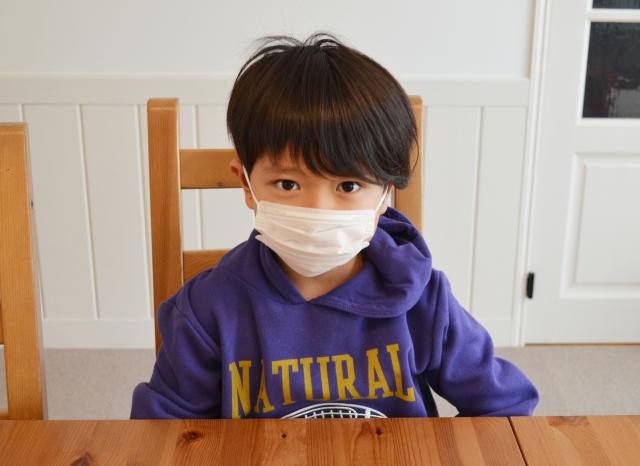 幼兒園的老師是優先施打疫苗的族群,所以孩子在托育中心、幼兒園接觸到的大人,有可能比接觸爸媽的染疫風險更低。
