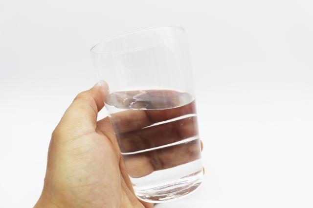 透過檢查尿液顏色來初估喝水量是否足夠,大致可以將尿液顏色分成五種顏色。