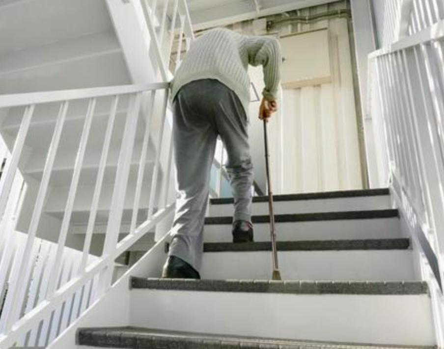 爬樓梯,可訓練雙腳肌力、肌耐力和身體平衡