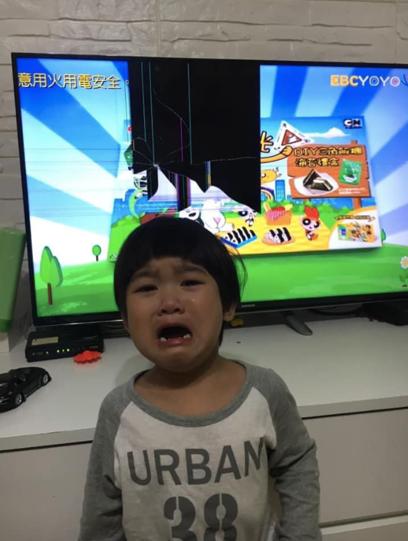 孩子砸壞電視。