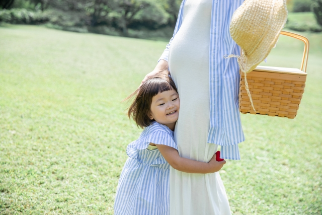 在懷孕1~3個月的期間應該每天補充葉酸,葉酸會特別刺激小孩的腦部及神經發育。