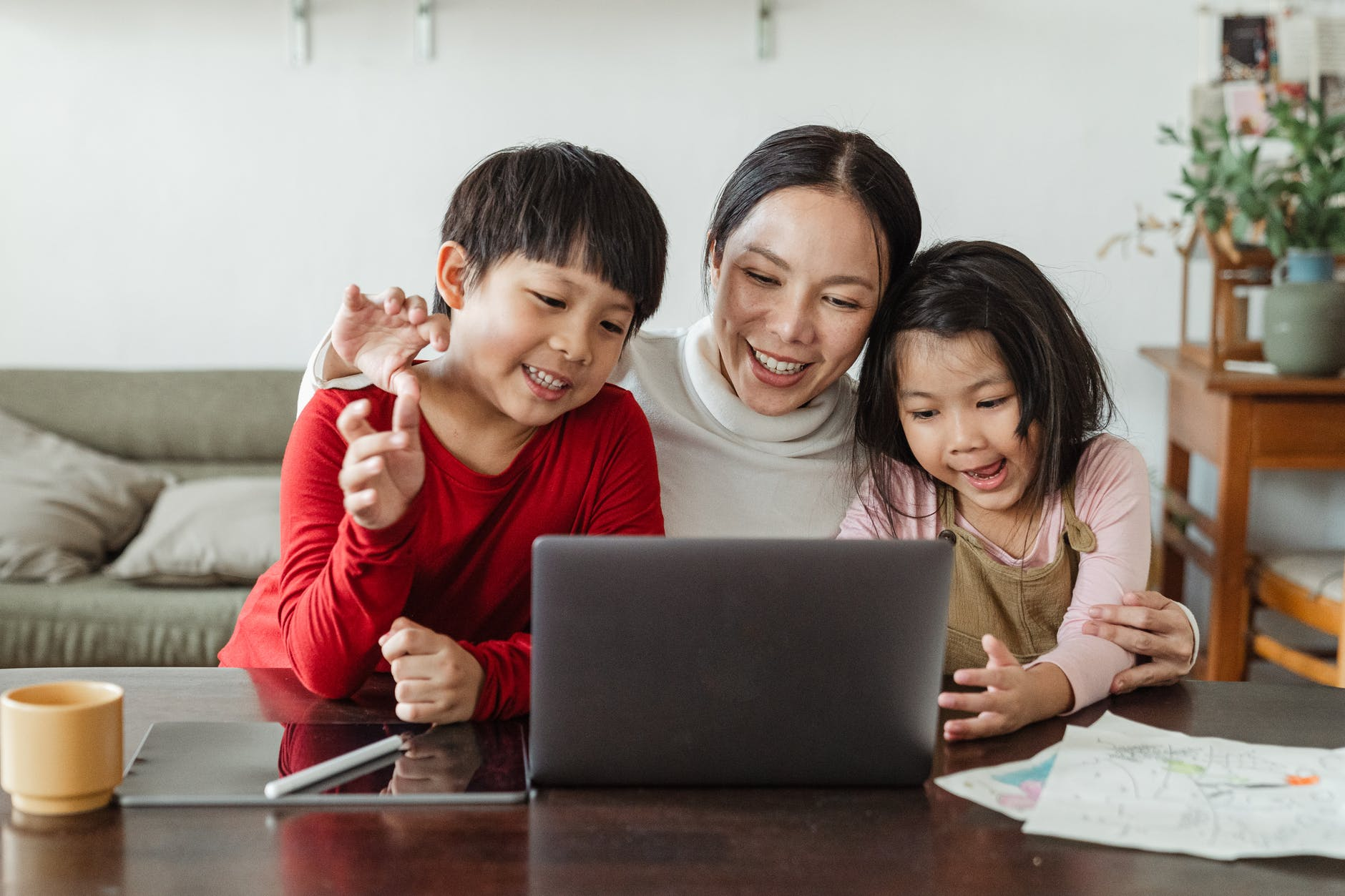 使用3C也不侷限於只能玩遊戲、看影片,也可以多利用通訊軟體讓孩子跟其他親戚朋友保持關係