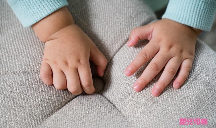 橫紋、泛白、長黑線...10種嬰幼兒常見指甲狀況,出現5大警訊要注意!