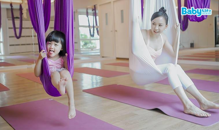 飛起來了!親子在空中玩瑜珈