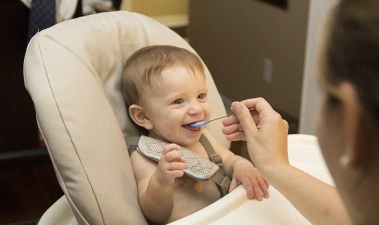 鼓勵寶寶提早接觸副食品,別再相信1歲以後再吃蛋這種理論了!