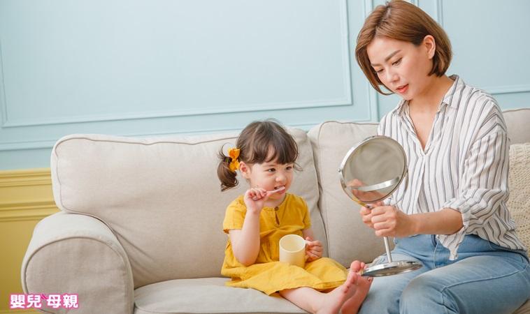 新手爸媽必看!3歲前如何訓練孩子自己刷牙、扣鈕釦、穿脫衣物?