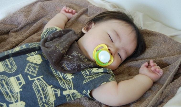 托嬰中心給嬰兒戴「奶嘴口罩」,醫:安撫不成反窒息!