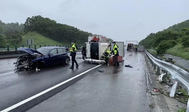 站國道旁遭撞,母女送醫不治!發生車禍等救援如何保護自己?